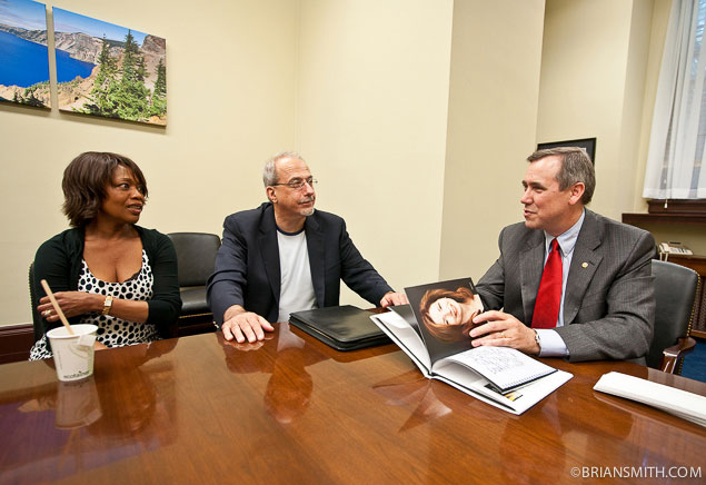 Alfre Woodard & Tom Fontana of The Creative Coalition meet with Senator Jeff Merkley.